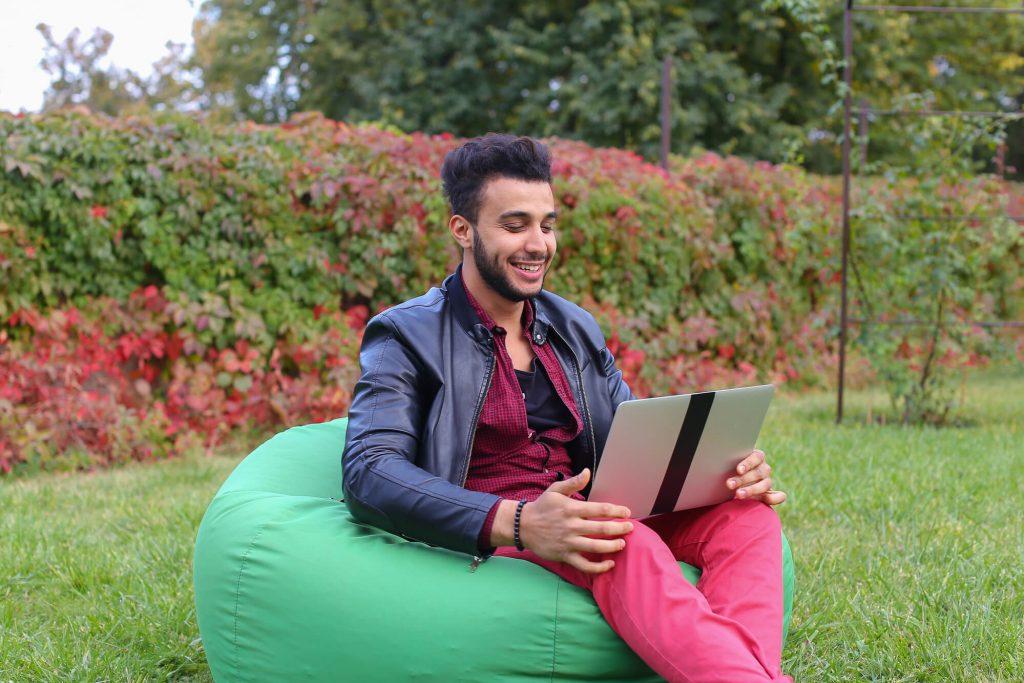 confira-6-sites-para-encontrar-bolsas-de-estudo-no-exterior.jpeg