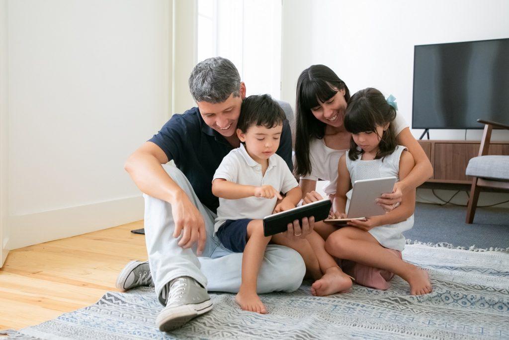 pais ensinando seus filhos